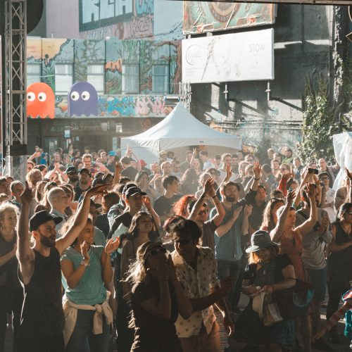 The crowd at the Swan Stage, having a great time and dancing